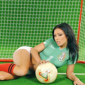 Anetta keys practicando futbol